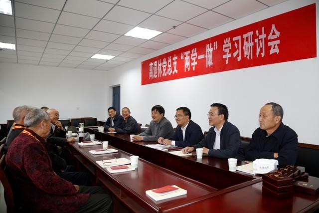 党委书记刘湘玉为50年以上党龄老党员颁发纪念章
