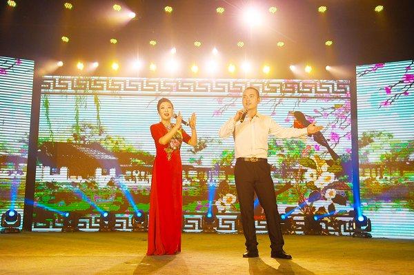 湖大男生当董郎 受邀与黄梅戏演员同台演唱-湖北大学校报电子版