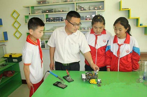 连续四届辅导学生参加全国青少年劳技创新作品大赛,获金奖3项,银奖15图片