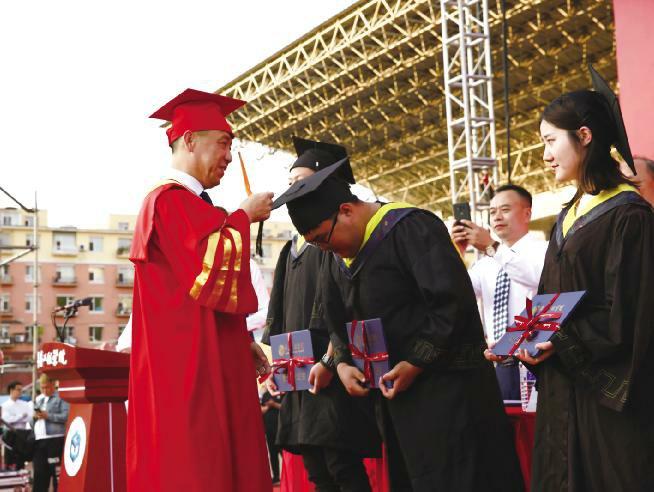 学校举行2019年毕业典礼暨学位授予仪式