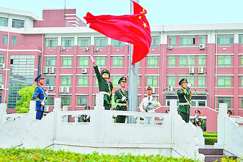 学校举行新学期升国旗仪式