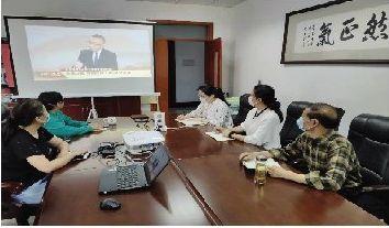 广大师生热切关注全国两会热议政府工作报告