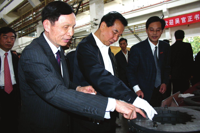 2006年4月10日,中共中央政治局常委吳官正視察我校