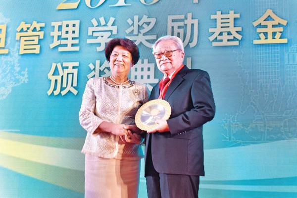陈至立理事长(左)为夏书章教授颁奖