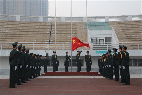 """我校举行""""铭记一二・九,传承正能量""""纪念一二・九运动升国旗仪式"""