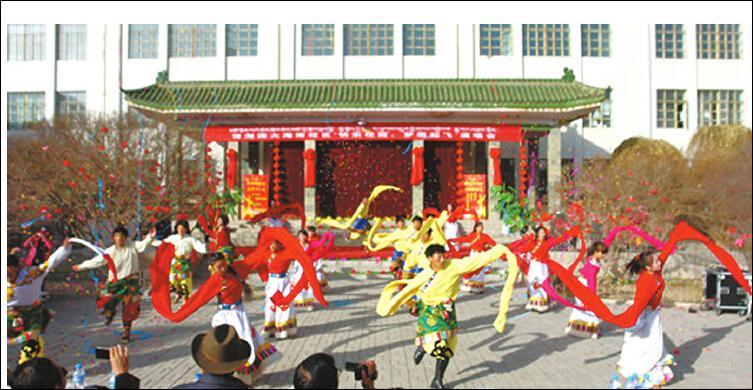 海南校区举办[快乐校园,梦想起飞]演唱会庆贺党的十八大胜利召开