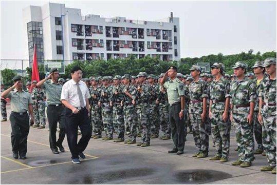 学院隆重举行新生军训总结表彰大会