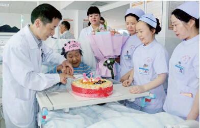 病房里的温暖 ――肾病科医护人员为91岁老奶奶庆祝生日!